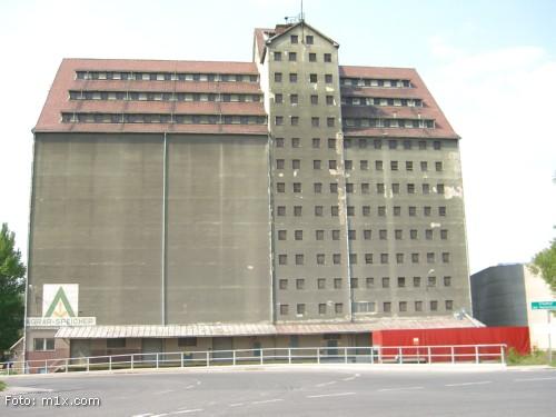Ansicht Getreidesilo Alberner Hafen Wien mit Hinweis zum Friedhof der Namenlosen.