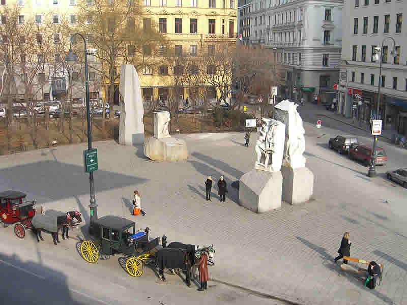 Albertinaplatz mit Antifaschismus Denkmal und Fiakern
